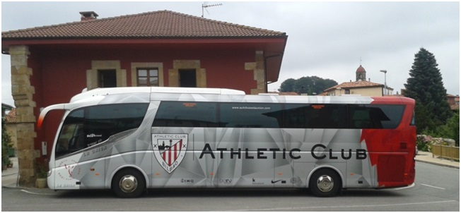Vista del Autocar del Athletic Club en Torazo